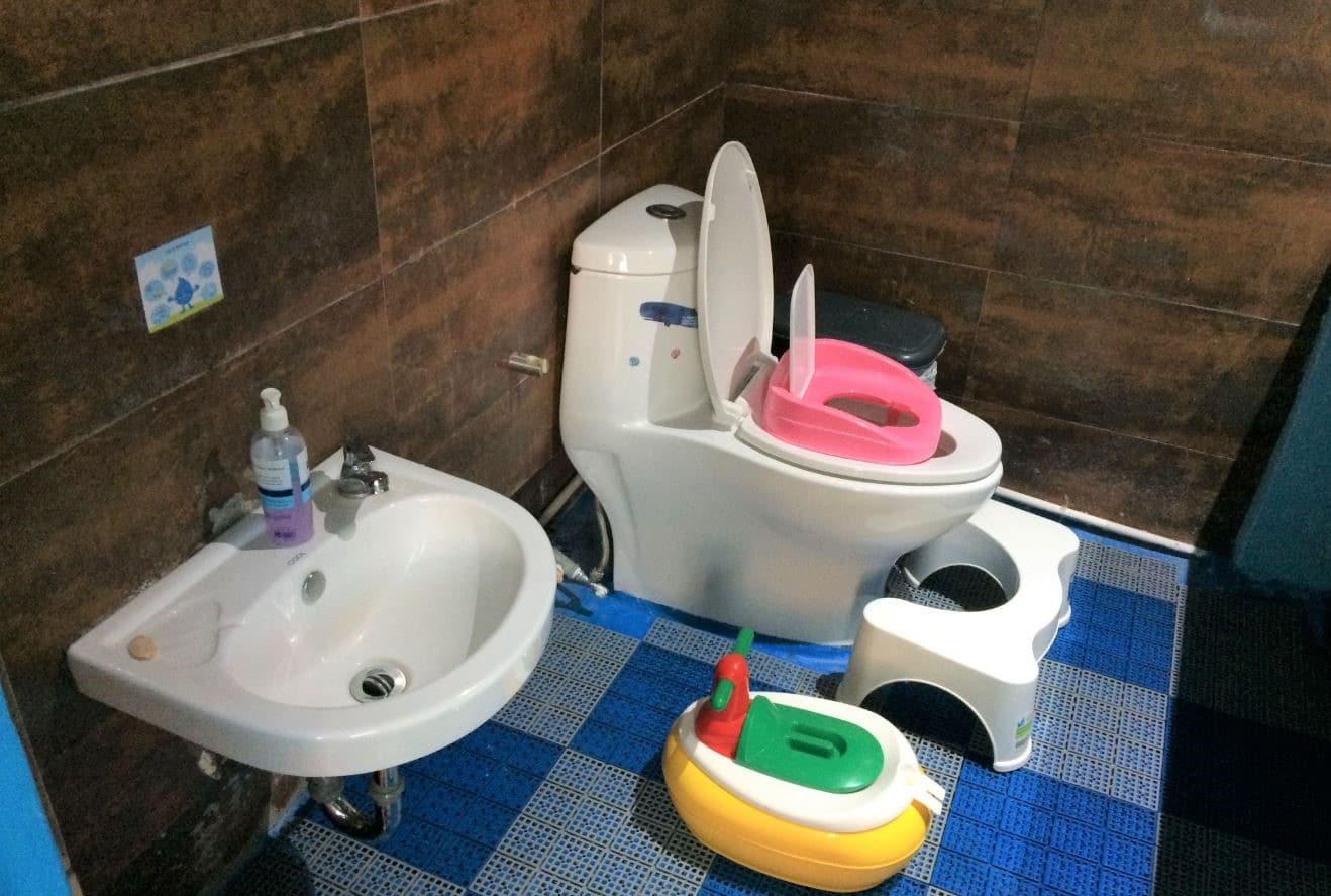 toilet-truong-mau-giao-voyage