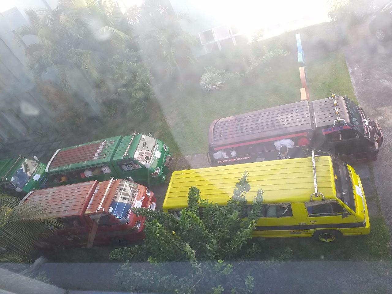 xe-jeepney-vao-truong